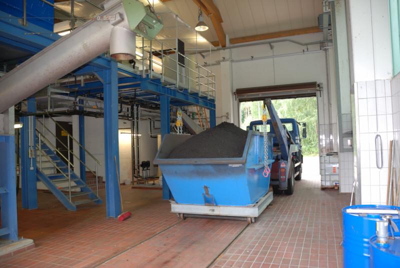 Entwässerter Faulschlamm im Container - Schlammentwässerungsanlage