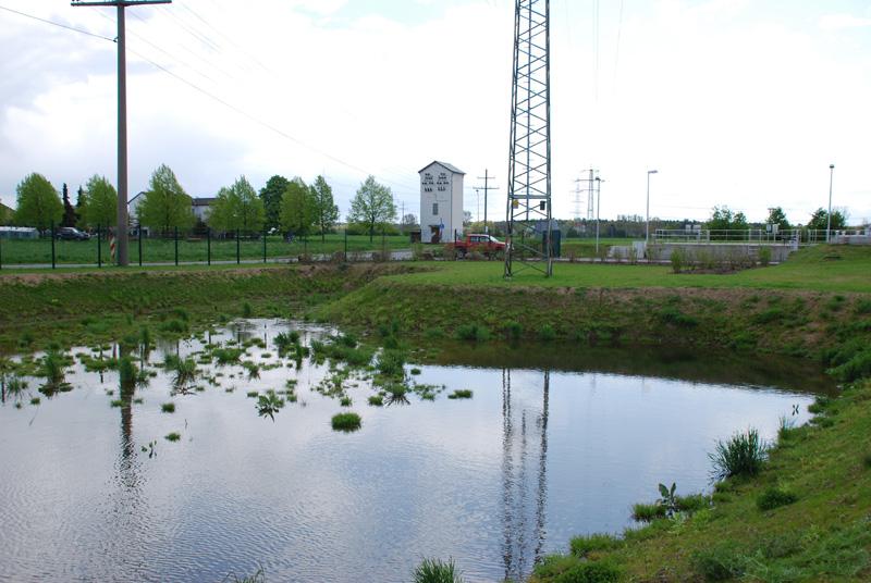 Im Vordergrund Retentionsbecken im Hintergrund rechts Zulaufgerinne