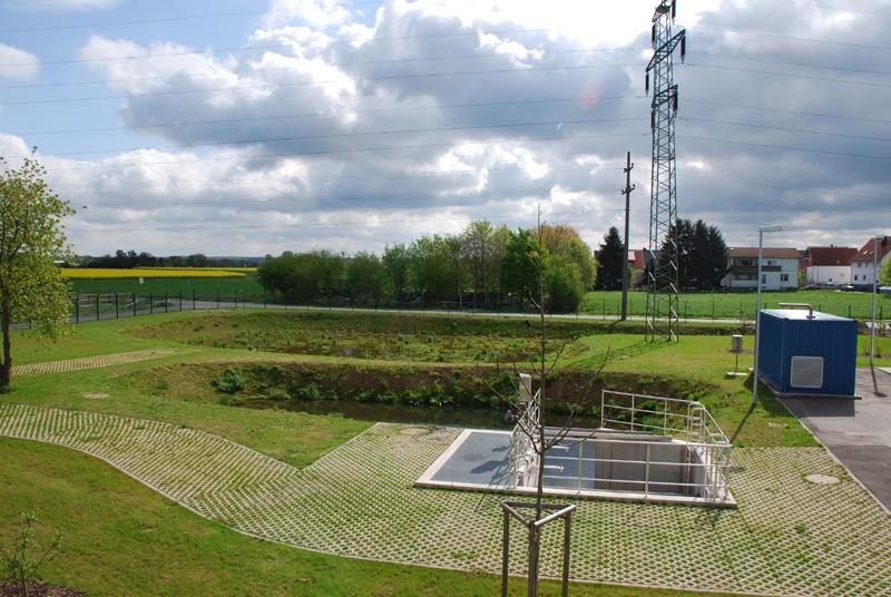 Retentionsbecken und rechts Netzersatzagregat